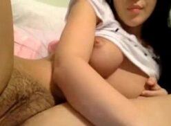 Novinha se masturbando na frente da webcam ate gozar