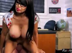 Professora gostosa dando a buceta para aluno dotado