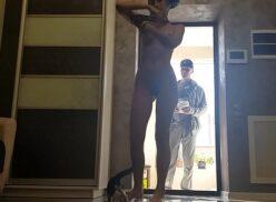 Atendendo a porta pelada recebendo o entregador