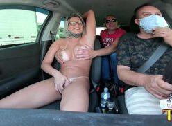 Gostosa se exibindo no carro ao lado do marido corno