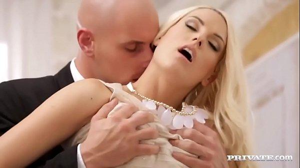 Vídeo de pornô 2017 loirinha linda chupando e ganhando cacete na sua xoxota